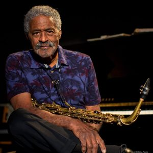 Charles Mc Pherson at ease with his saxophone.